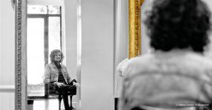 David Lucas devant un miroir dans son salon de coiffure à Bordeaux